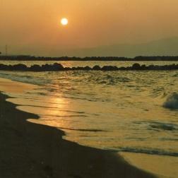 Vi kom til at holde af denne lokale strand. Margit bodysurfede i de spændende bølger, og jeg nød synet af den nedgående sol.