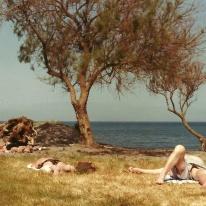 Det var som nævnt april, og det betød, at der ingen garanti var for (sol)badevejr. Men en af dagene var det oplagt bare at smide sig på plænen mellem vort lille hotel og stranden.
