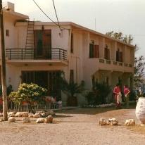 Hotellet hed, som jeg husker det, Villa Platanias, og det var vældigt hyggeligt. Den unge hotelejer havde i øvrigt en dansk hustru.