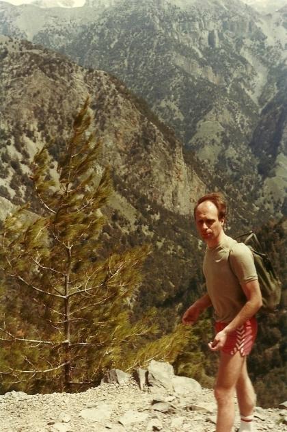 April 1985. Ham med de tidstypiske shorts er mig for 33 år siden. Det var dybet under mig, Samaria-ravinen, som lokkede dengang. Senere blev jeg tiltrukket af bjergene over mig, De Hvide Bjerge, Lefka Ori.