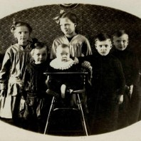 Kjeldbjerg-søskende - Kirsten, Lis, Inger, Birtha, Povl og Peder, 1923 (?).