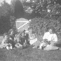 Tove (Pedersen), Inga (Christensen), Elin (Christensen), Lis (Pedersen), Niels (Lund) og Kirsten (Lund), ca. 1950.