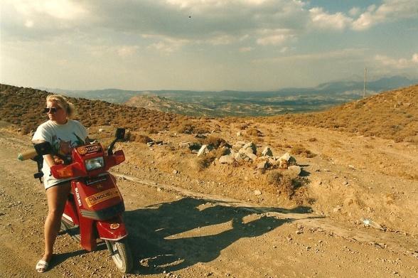 September 1988. Dengang var det kun muligt at komme til Tsoútsouros ad grusvej. Småstenene lå ret løst.
