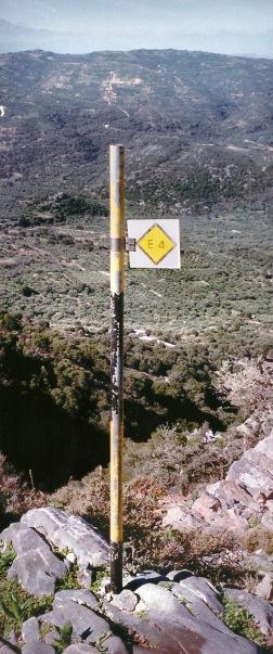 Disse skilte ses mange steder ude i naturen. De viser, at her går E4, en af 12 europæiske fjernvandreruter.