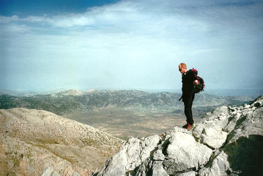 Oktober 2002. På toppen af Gingilos. Laurent, franskmand og det sødeste menneske på Kreta, min bedste guide dét år. Desværre ikke på toppen længere, men død af kræft for få år siden.