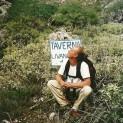 Med Laurent i Aradena-slugten. Han kigger op efter ørnene. Slugten var ikke nogen skilteskov, men en enkelt tavernaejer var vældig pr-bevidst.