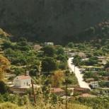 Fones, fem-seks kilometer vest for Giorgioupoli. Bjerget går næsten lodret i vejret bag landsbyen.