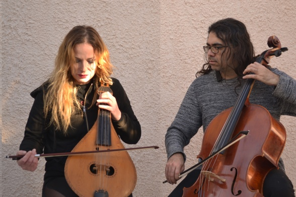 Niki Xylouri og Isodoros Papadakis med konventionelle musikinstrumenter. I deres Loop Project tager de mere moderne midler i brug. Foto: Magdalena Prokopowicz