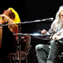 Niki Xylouri har i omtrent 30 år optrådt sammen med sin far, vildmanden i kretensisk musik, Psarantonis. Foto: Lena Vlastara