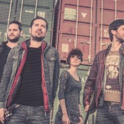 """Da de var fire - fra venstre Manolis, Giorgos, Voula og Nikos Stratakis. Fra omslaget til albummet """"To kopeli kai o drako""""."""