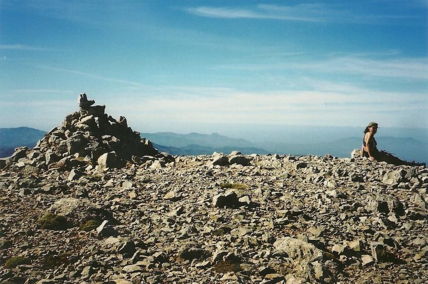 """Fra mine optegnelser fra 22. oktober 2002, da vi nåede toppen af Melindaou (2133 m.o.h.): """"Solen skinner fra den blå himmel, så der er en storslået udsigt til alle sider. Mod vest Gingilos og Gramvousa-halvøen, mod nord Chania, mod øst en perlerække af endnu højere bjergtoppe, kronet af Pahnes. Trods solen er det køligt at sidde deroppe i den klare, tynde luft og den vind, der næsten føles bidende, når man sidder der."""""""