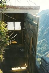 En detalje: Toilettet/dasset hang ud over det store intet. Ikke for personer med højdeskræk.