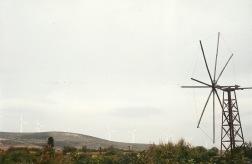 I nærheden af Ziros. Billedet er taget for at vise kontrasten mellem en gammel vindmølle og nogle, som dengang, i 2002, var ret moderne. De moderne ses nok kun, hvis du klikker på billedet, så det bliver større.