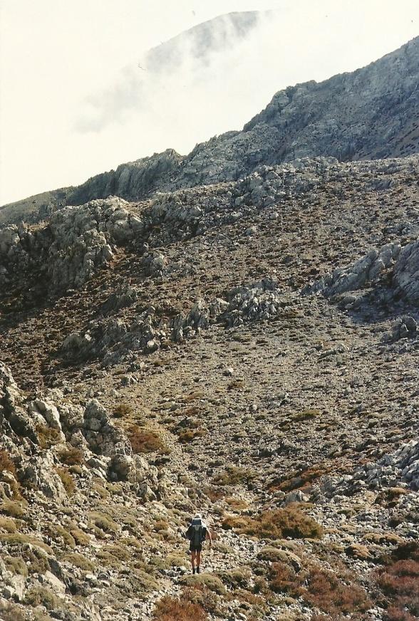 På vej mod passet mellem de højeste toppe i Dikti-massivet. Og ham foran mig? Hans navn var  Günther Horst.