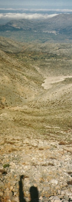 Et tilbagekig mod Lasithi-sletten. Dernede skimtes Agios Georgios.
