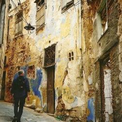 Chania bag facaden  havde sin egen skønhed lige efter gråvejr og støvregn.