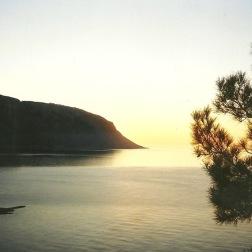 Agia Roumeli-bugten bagude mod øst, solen på vej op.