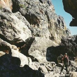 Nogle gevaldige klippeformationer helt nede ved vandet. Stedet hedder Tripiti, så vidt jeg ved.