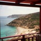 Den spektakulære udsigt fra Giorgos' taverna. Nedenfor - mod syd! - ligger yderligere to taverner.