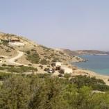 Det samme landskab, bare set fra syd mod nord: 2 taverner nede ved stranden, Giorgos' taverna længst oppe.