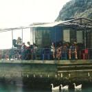 Ved Sweetwater Beach lå (og ligger) der en taverna ude i vandet. Her befolket med islændinge.