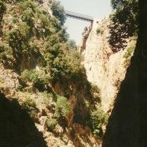 Mit tidligste foto af den larmende bro over Aradena-slugten.