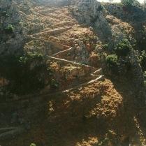 Fra østkanten af Aradena-ravinen ser man lige over på zigzag-stien på kløftens vestlige væg. Der har gået mange æsel- eller muldyr-transporter i århundredernes løb.