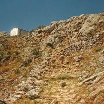På vej op mod toppen af den vestlige zigzag-sti. Deroppe ligger landsbyen Aradena.