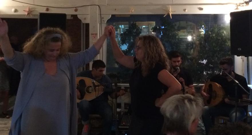 I baggrunden til højre brødrene Antonis og Giorgos Stivaktakis. I det lyseblå dress deres mor, i den sorte kjole deres moster, døtre til Kretas største nulevende musikstjerne, Psarantonis.