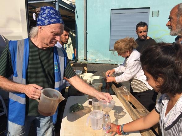 17. maj 2016. Udskænkning af te til flygtninge i Piraeus. Vesten udgør Team Sweden Volunteers' uniform.   Foto: Anne Wollter