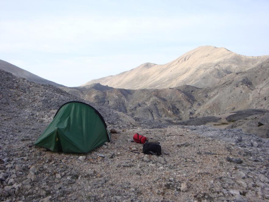 Her slog jeg teltet op efter dag 2. Billedet giver bare en anelse om de små huller rundt om på bjergsiden bag teltet. Hullerne er i virkeligheden ikke så små endda.  Klik på hvert af de mindre fotos for at få dem op i størrelse - og find mindst én E4-afmærkning. I løbet af dag 2 blev der noget længere mellem afmærkningerne.