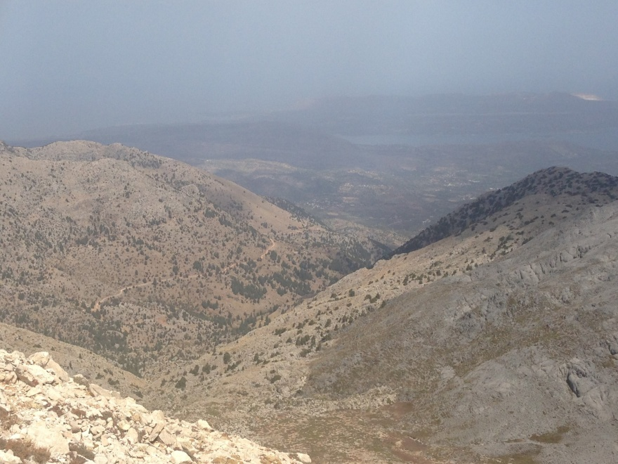 Oppe fra bjergryggen kunne jeg se mod nord. F.eks. er det vel Akrotiri med landingsbanen i det fjerne? Men mit mål for vandringen var ikke nord. Det var øst, og jeg håbede, at dalen lige herunder skulle føre mig i den retning  –  mod højre ... (dette foto og 3 af de øvrige billeder her er lidt snyd  –  de er taget nogle måneder senere).