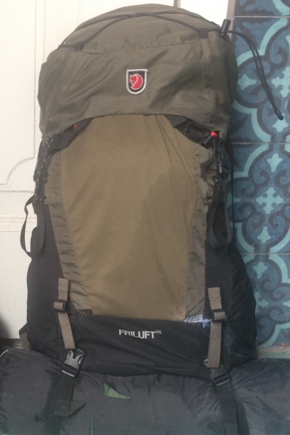 Dette var min bagage på vandringen hen over De Hvide Bjerge. Teltet er fastgjort under rygsækken. Klik på de enkelte mindre billeder for at få dem at se i fuldt format med billedtekster.
