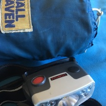Regnponchoen fra sidst i 1970'erne og pandelampen indgik også i bagagen.