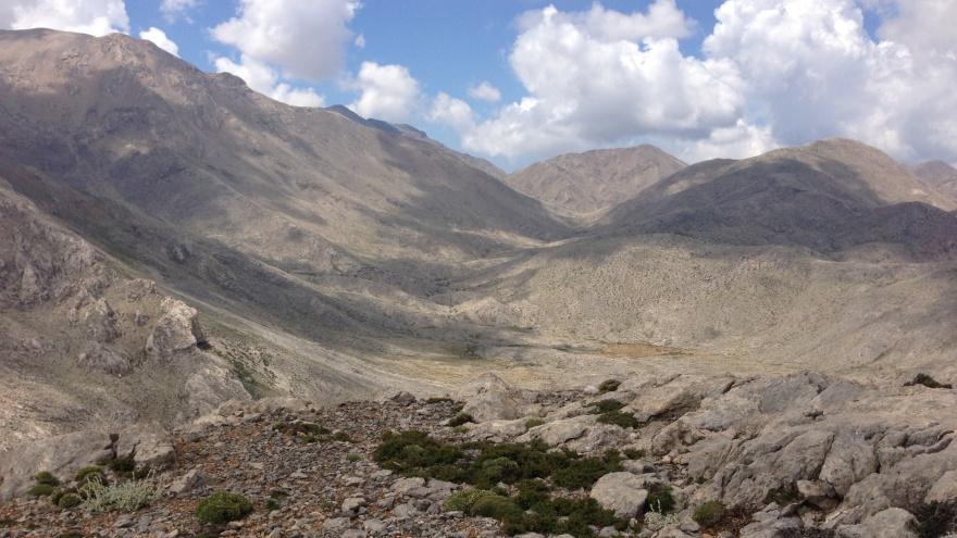 Dette er nogle bjerge og en dal. Hvad der måske kan være svært at se, er, at cirka midt i det altsammen ligger Livada, og dér skilles vandrestierne. Vi kigger mod syd/ sydvest, og da jeg 10. juni stod her, kunne jeg med sikkerhed sige, at jeg 19. maj var gået dernedefra i østlig retning, op ad en slugt mellem bjergsiderne til venstre.