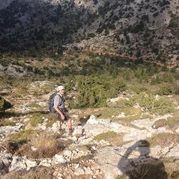 På vej ned mod Niáto, ned mod knap så golde klipper.