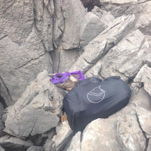 Min bagage lå urørt her i 4 måneder: Rygsækken i sit regnomslag, teltet i sin pose og støvlerne i den lilla plastpose – netop plastposen var ikke så vejrbestandig.