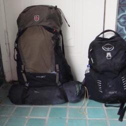 Efter denne sidste vandring: Til højre rygsækken til denne dag, til venstre rygsækken, som befandt sig i bjergene i 4 måneder.