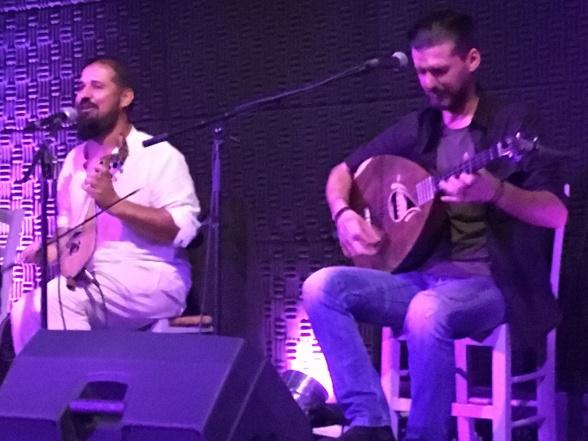 Den meget udadvendte, sprudlende og nærmest skrålende Giorgos og den smukt syngende, spillende og komponerende Nikos – brødrene Stratakis. Ikke fotograferet, da vi så dem i 2016, men i 2018.