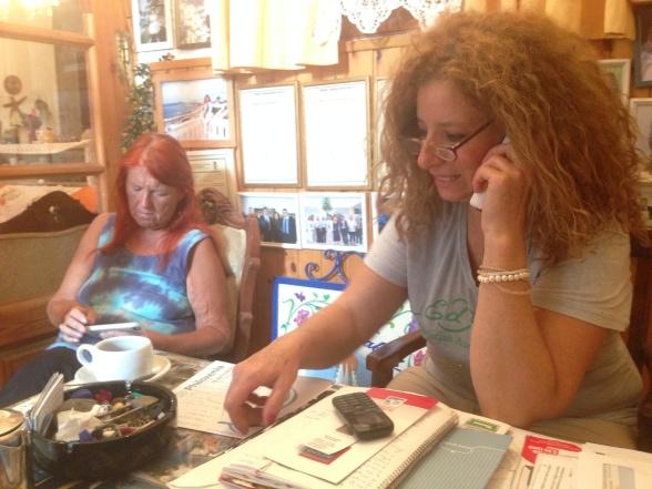 Vor værtinde på Hotel Elizabeth, Chora Naxos, brugte en koncentreret times tid på telefonen – så havde hun arrangeret, at mit pas blev bragt med kurér fra Heraklion til Piraeus.