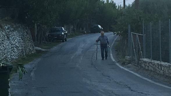 17. september. På vej hjem ved aftenstide. Den ensomme vandrer er fotograferet i udkanten af Argyroupoli.