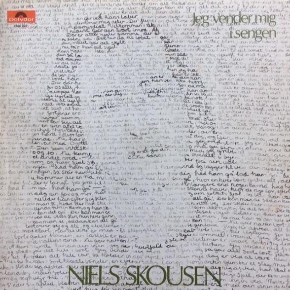 Kunstneren bag pladeomslagets forside er Camilla Skousen, som Niels Skousen dengang var gift med. Ideen var hans – at lade de håndskrevne sangtekster danne et portræt af sangskriveren.