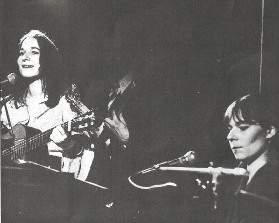 """Sanne Brüel (guitar), den søde, og Rebecca Brüel (tangenter), den skrappe, i 1976. Foto fra albummet """"Jomfru Ane Band"""" (også kaldet """"Brødristeren"""")."""