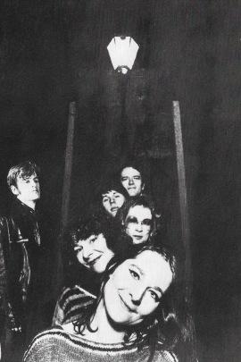 Jomfru Ane Band i 1982. I forgrunden Sanne Brüel og Rebecca Brüel, bag dem Ulla Tvede Eriksen (trommer), Joachim Ussing (bas) og Simon Harder (guitar). Til venstre tekstforfatteren Claus Flygare.