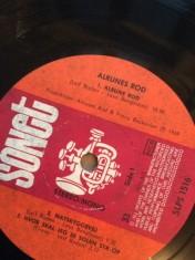 """Både på lp-etiketten herover og på singlen """"Pigen på stranden"""" fremgår det, at Alrune Rod i begyndelsen indeholdt et drilsk s. I lp'ens titel og i dens første sang var s'et fraværende, og det blev det også snart i bandets navn."""