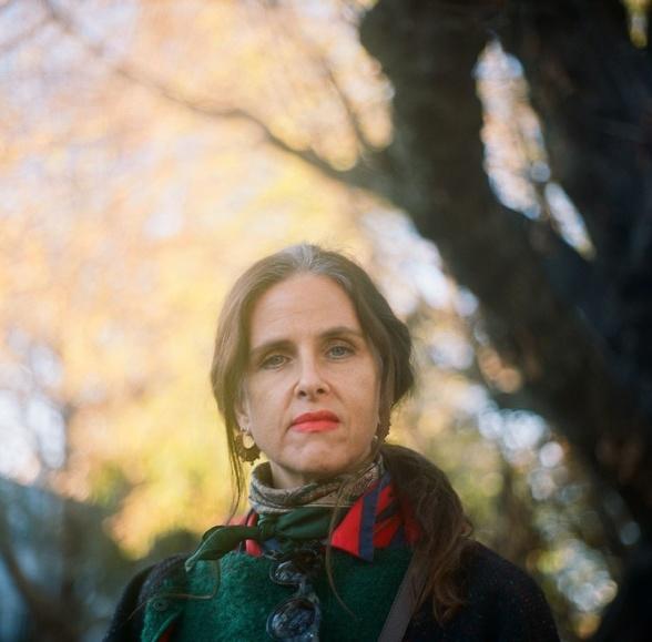 Maria McKee har nu om dage tre hjembyer, Los Angeles (som hun kommer fra), New York og London. Hun bevæger sig ganske meget i queermiljøer, som hun af mange ses som en slags ambassadør eller advokat for. Foto:  Alain Bibal
