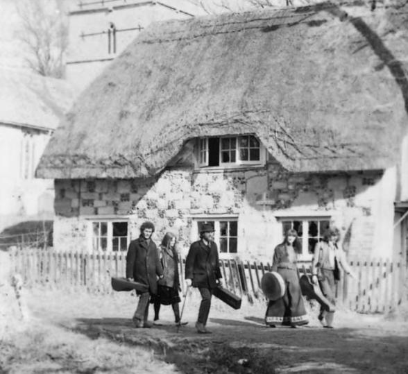 Fem unge mennesker – to irere, tre englændere – på en gammel baggrund. Deres mål var at modernisere og elektrificere musik, som var op til flere hundrede år gammel. Foto: steeleyespanfan.co.uk
