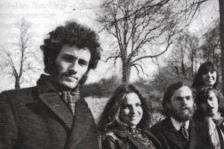 """Steeleye Span, som gruppen så ud i slutningen af 1969 og begyndelsen af 1970 – fra venstre Terry Woods, Gay Woods, Ashley Hutchings, Tim Hart og Maddy Prior. Foto fra """"All Around My Hat – The Steeleye Span Story""""."""