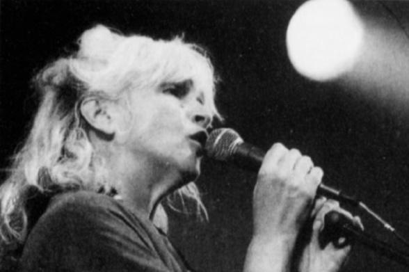 Gay Woods har optrådt på Tønder Festival to gange, begge i 1995 som medlem af Steeleye Span. Billedet er fra 26. august det år, klippet ud af Jyllands-Postens koncertanmeldelse, bragt to dage senere. Foto: Ulrich Borch