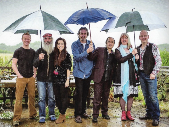 "Steeleye Span i 2017 (og nu) – fra venstre: Benji Kirkpatrick, guitar, bouzouki, banjo og sang, Liam Genockey, trommer, Jessie May Smart, violin, Roger Carey, bas, Julian Littman, guitar, mandolin, keyboards og sang, Maddy Prior, sang, og Andrew ""Spud"" Sinclair, guitar og sang."